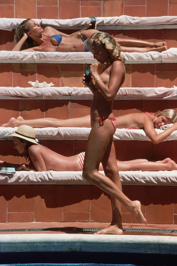 Catherine Wilkein topless che si unisce ai bagnanti sull isola di Capri 1980 (Photo by Slim Aarons/Getty Images)