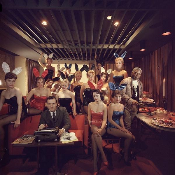 L' editore Hugh M. Hefner fondatore della rivista per adulti 'Playboy' ,mentre lavora alla sua macchina da scrivere circondato dalle sue ragazze 'Conigliette' al Key Club di Chicago 1960 (Photo by Slim Aarons/Getty Images)