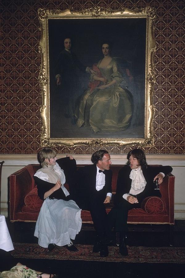 Da sinistra a destra; la cantante Marianne Faithfull, l'onorevole Desmond Guinness e Mick Jagger (dei Rolling Stones)seduti su un divano sotto un dipinto di una donna in abito 18 ° secolo di grandi dimensioni con cornice dorata , in Irlanda a Leixlip Castle la casa di Desmond Guinness. 1968 (Photo by Slim Aarons/Getty Images)