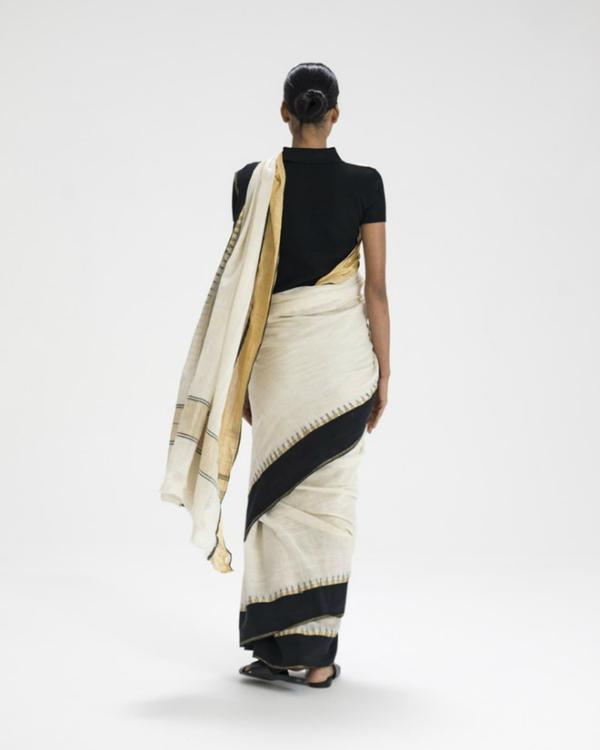 Una modella indossa un sari drappeggiato attorno al corpo. Credits: MoMA